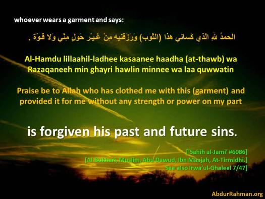 Praising Allaah when wearing garment